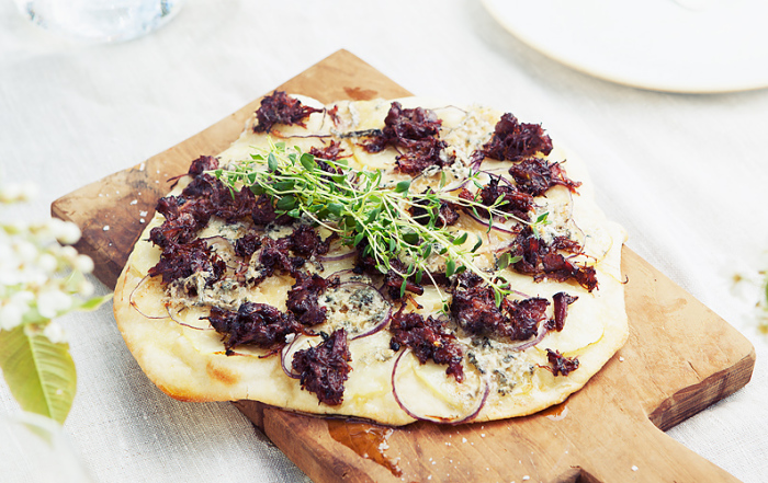 GRILLET PIZZA MED OKSEHALERAGU OG BLÅMUGGOST